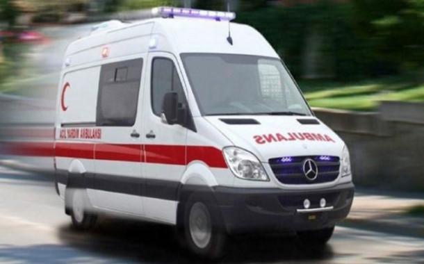 Akli dengesi bozuk bir kişi hastane önünde bulunan ambulansı çaldı