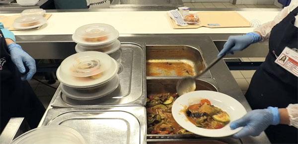 Hastalara barkodlu yemek dağıtımı başladı