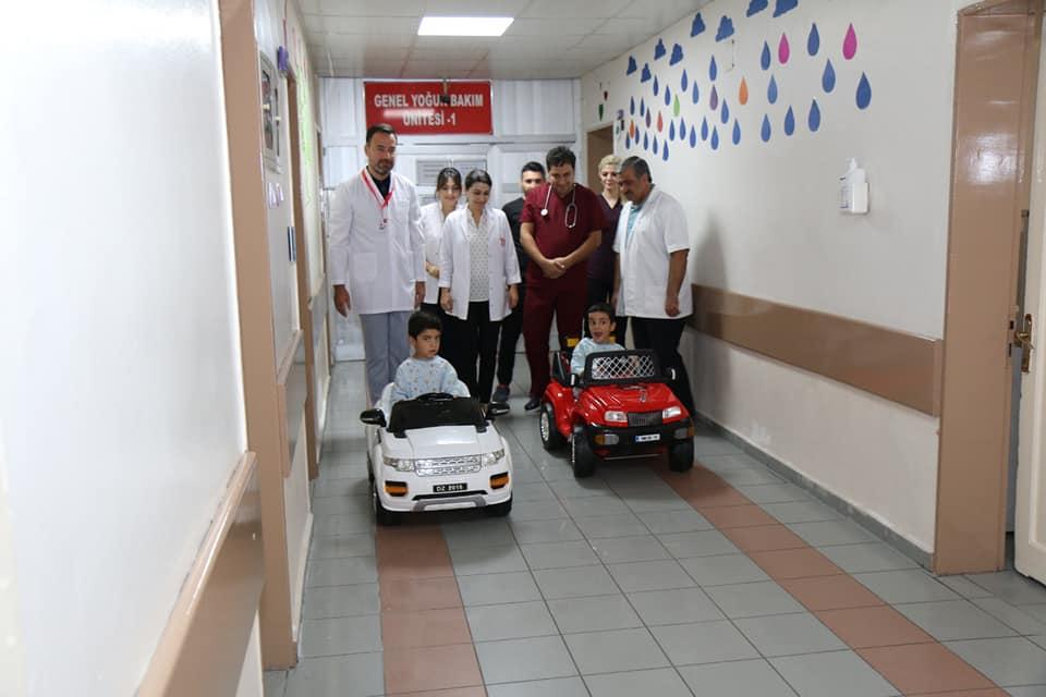 Balıklıgöl Devlet Hastanesi Çocukların Ameliyat Korkularını Akülü Araba İle Eğlenceye Dönüştürdü.