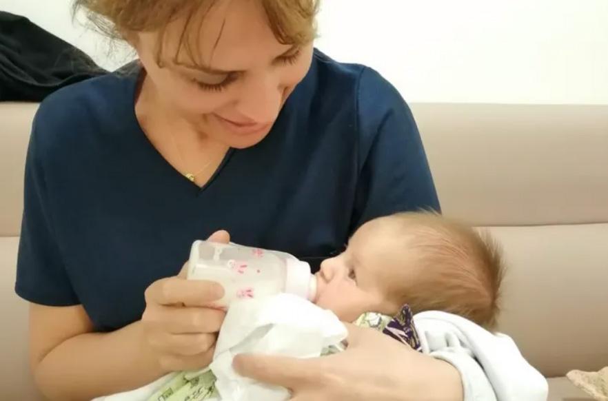 Eren bebeğe hemşire şefkati