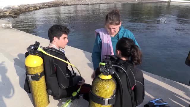 Hemşire adayları temizlik yapmak amacıyla dalgıçlar eşliğinde denize daldı