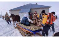 Kardan dolayı kapalı köye ulaşan sağlık ekipleri hastayı kızakla taşıdı