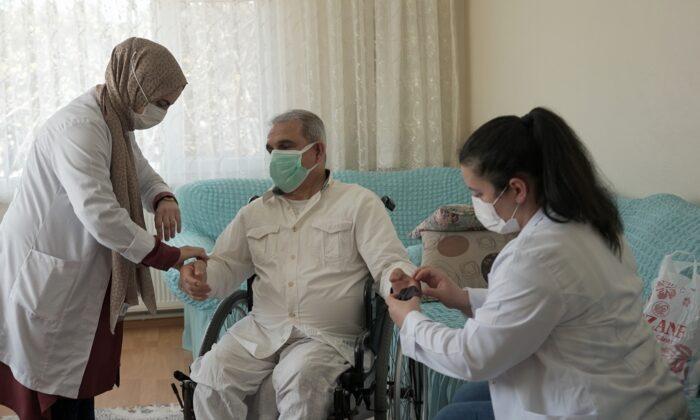 Başkan, Doktor Metin Oral'ın evlere sağlık taşıyan projesi